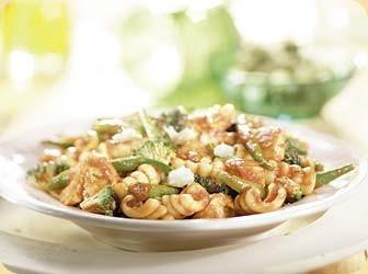 Pasta met kip groene groenten en mozzarella